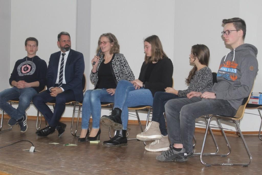 Teilnehmerinnen, Teilnehmer und Moderatorin der Podiumsdiskussion