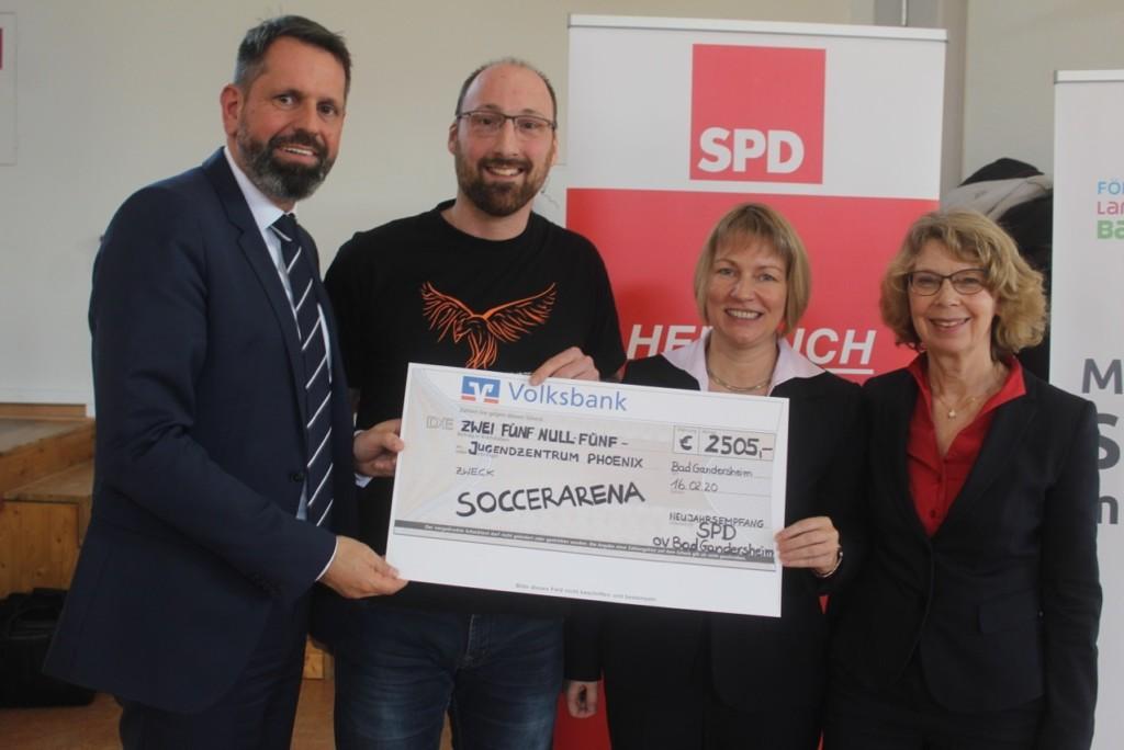 Pfarrer Thomas Ehgart erhält den symbolischen Scheck über die Spendensumme von 2.505 Euro