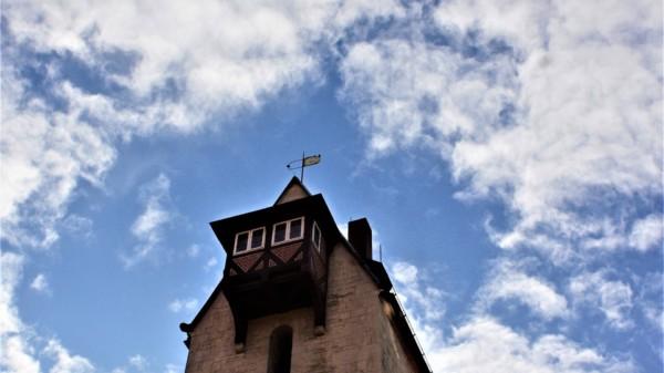 Der Turm des Bad Gandersheimer Rathauses ragt in den Himmel