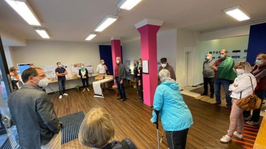 Thomas Hellingrath führte SPD-Mitglieder, Kandidatinnen, Kandidaten und Freunde durch die Ausstellung im LaGa-Lädchen.