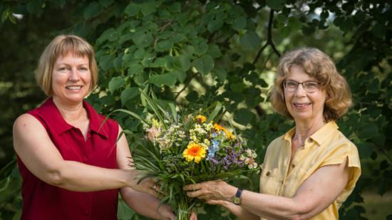 Anja Görlach gratuliert Franziska Schwarz mit einem Blumenstrauß zur erfolgreichen Nominierung als Bürgermeisterkandidatin
