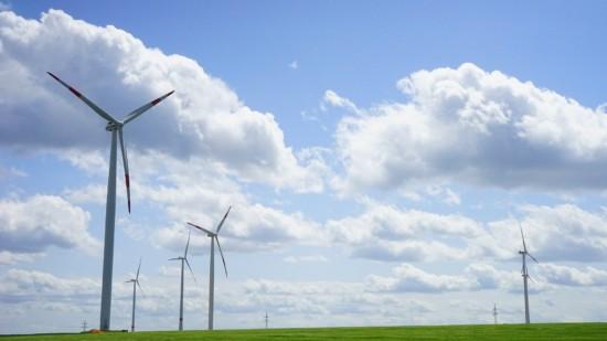Das Bild zeigt mehrere Windräder