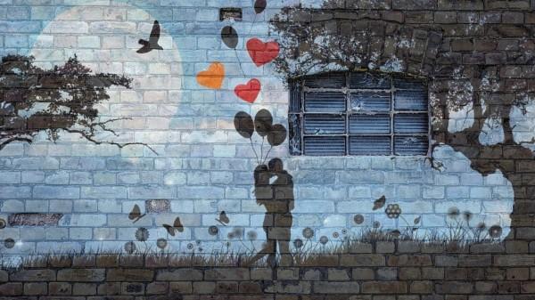 Eine Hauswand ist mit Graffiti-Kunst bemalt